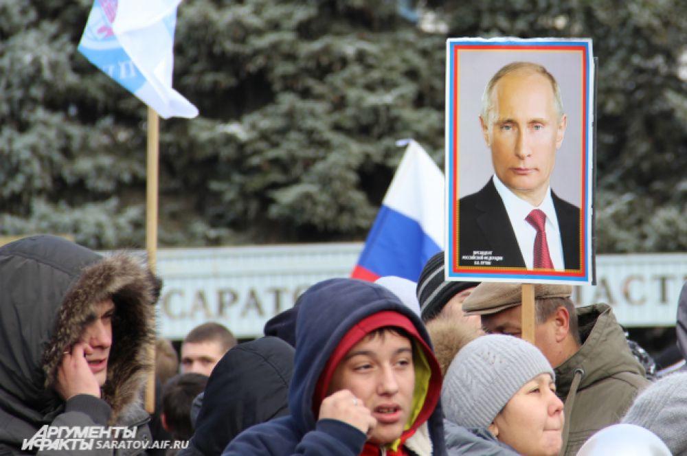 Кроме многочисленных флагов, в руках у митингующих был и портрет Президента РФ.