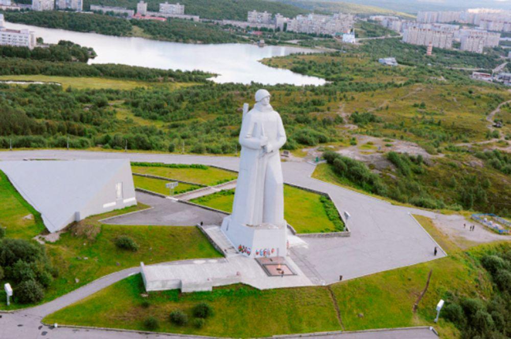 Мемориал «Защитникам Советского Заполярья в годы Великой Отечественной войны» — мемориальный комплекс в Ленинском округе Мурманска. Изначально монумент предполагалось установить на площади Пять Углов, но затем выбрали сопку Зелёный Мыс, возвышающуюся над городом и Кольским заливом на 173 метра. Памятник был заложен 17 октября 1969 года, а к его возведению приступили в мае 1974 года. Высота монумента 35,5 метров, вес полой внутри скульптуры более 5 тысяч тонн.