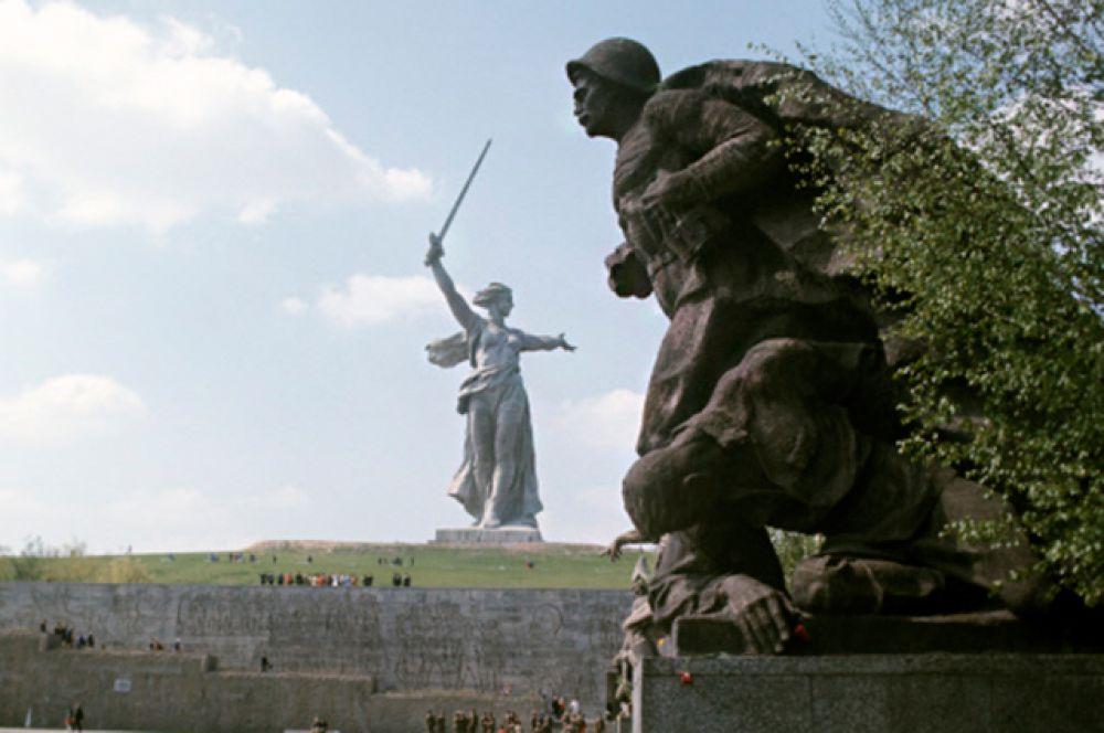 Фрагмент скульптуры воина-освободителя. На заднем плане расположен композиционный центр памятника-ансамбля «Героям Сталинградской битвы» на Мамаевом кургане «Родина-мать зовет!».