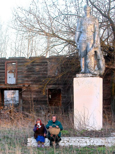 Памятник воину освободителю около деревни Рудное Гомельской области, находящейся на границе с 30-километровой зоной отчуждения вокруг Чернобыльской АЭС.