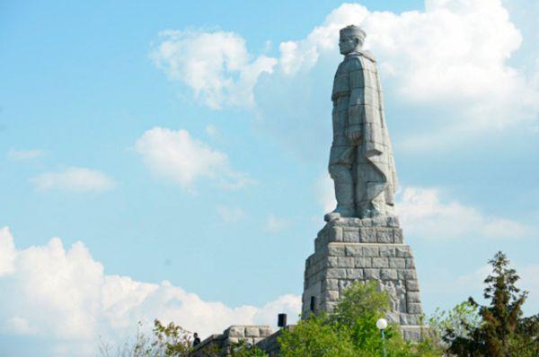 «Алёша» — памятник советскому солдату-освободителю, в болгарском городе Пловдив на холме Бунарджик. Открыт 5 ноября1957 года. Памятник представляет собой 11.5-метровую железобетонную скульптуру советского солдата, смотрящего на восток.