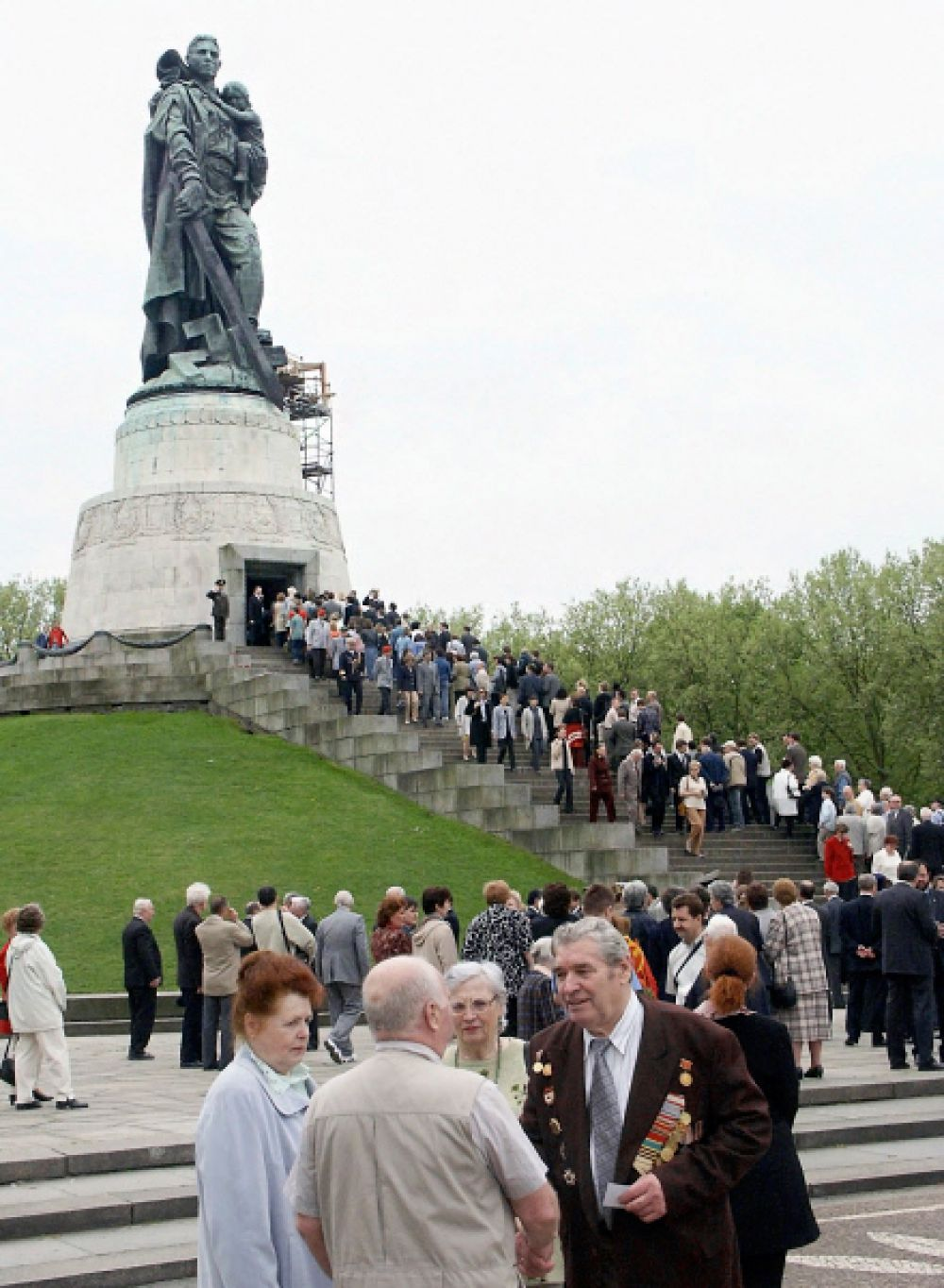 «Воин-освободитель» — монумент в берлинском Трептов-парке. Один из трёх советских военных мемориалов в Берлине. В нем захоронено около 7000 советских воинов, из павших 75 000 при штурме Берлина. Открыт 8 мая 1949 года. Высота — 12 метров. Вес — 70 тонн.