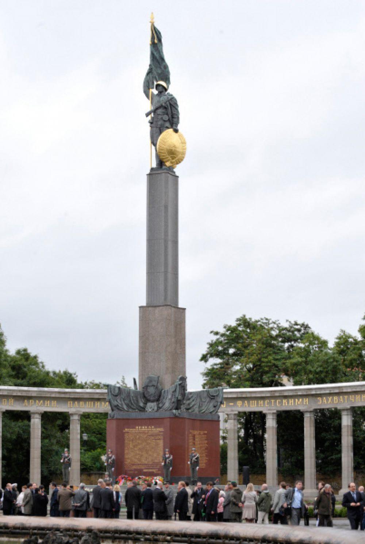 Памятник советским воинам, погибшим при освобождении Австрии от фашизма в Вене, более известный как Памятник героям Советской армии, находится на площади Шварценбергплац. Был открыт 19 августа 1945 года. Авторы - скульптор М. А. Интезарьян, архитектор Г. Г. Яковлев..