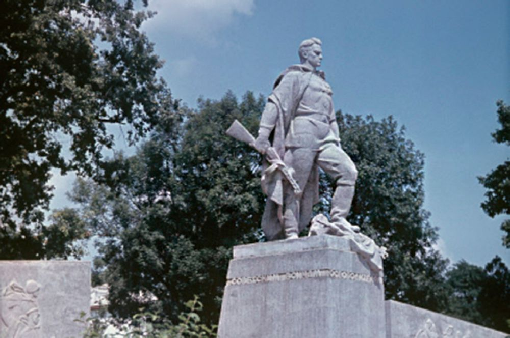 Памятник советским воинам-освободителям в Краснодаре установлен в 1965 году. Скульптор - И. П. Шмагун, архитектор Е .Г. Лашук.