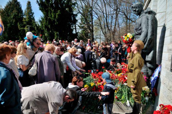 «Памятник Воину-освободителю Таллина от немецко-фашистских захватчиков» был открыт 22 сентября 1947 года на холме Тынисмяги в центре Таллина напротив церкви Каарли. С 1995 года официальное название — Монумент Павшим во Второй мировой войне. Монумент был воздвигнут рядом с братской могилой, в которой 14 апреля 1945 года были перезахоронены 13 советских военнослужащих, погибших в ходе Таллинской операции 1944 года во время ВОВ.
