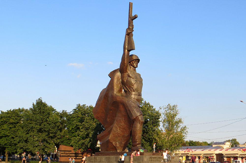 Памятник воину-освободителю в Харькове открыт в 1981 году. Посвящен советским войскам, освободившим город от фашистских оккупантов в 1943 году. Харьковчане называют памятник «Павлуша», по аналогии с болгарским памятником советскому солдату-освободителю Алёше.