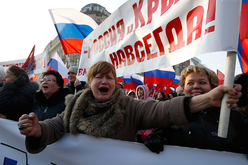 В Москве прошли сразу три русских марша в честь Дня народного единства. В Люблино прошлись националисты, в Щукино — сторонники Новороссии, а по Тверской улице — члены парламентских партий.