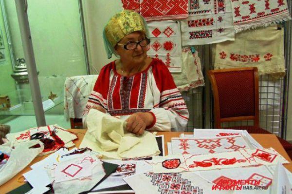 мастерица-рукодельница не только показывала особенности национальной вышивки, но и раскрывала сакральный смысл русских узоров