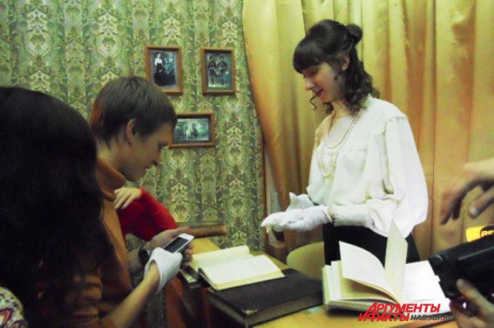 Знакомиться с антикварными книгами – легко, но только в специальных белых перчатках