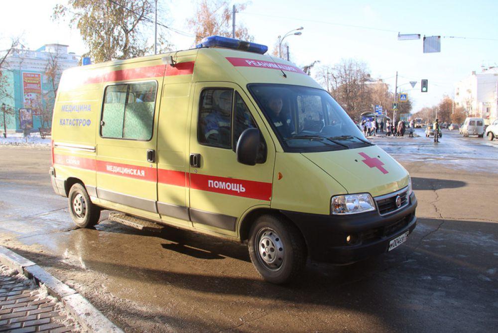 Замыкала колонну карета скорой помощи
