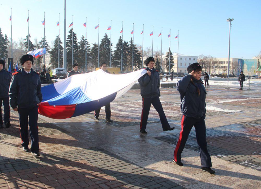 Флаг России несут к флагштоку