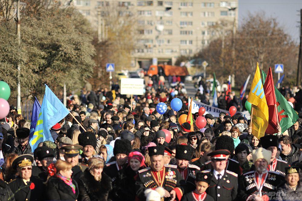 Около десяти тысяч человек прошли праздничной колонной от городского парка культуры и отдыха до площади Дружбы народов.