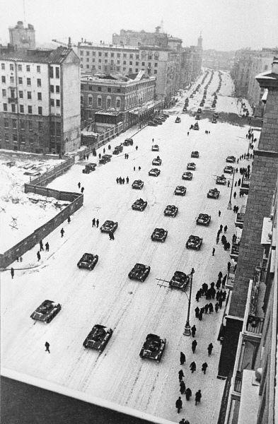 В параде на Красной площади участвовало 16 тачанок, вооружение и военная техника были представлены 296 пулеметами, 18 минометами, 12 зенитными пулеметами, 12 малокалиберными и 128 орудиями средней и большой мощности, 160 танками (70 БТ-7, 48 Т-60, 40 Т-34, 2 КВ). В воздушном параде планировалось и участие 300 самолетов. Однако из-за сильного снегопада и пурги воздушный парад был отменен.