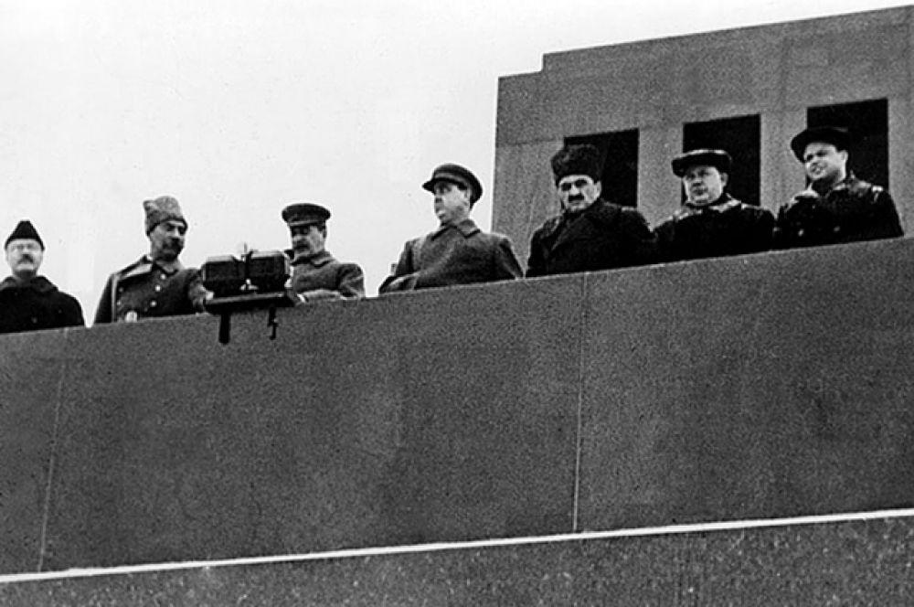 Командовал парадом генерал-лейтенант Павел Артемьев, а принимал его — Иосиф Сталин совместно с маршалом Семёном Будённым.