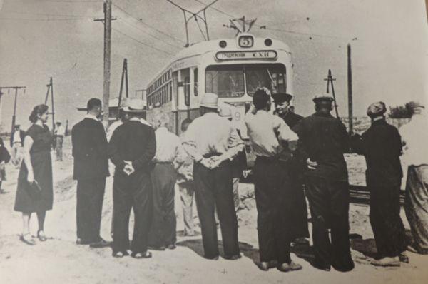 Пуск первого вагона через трамвайное кольцо у сельскохозяйственного института 1949-50 г.