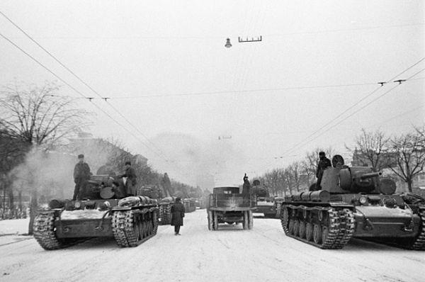 Прямо с парада на главной площади страны части Красной армии отправлялись на фронт.