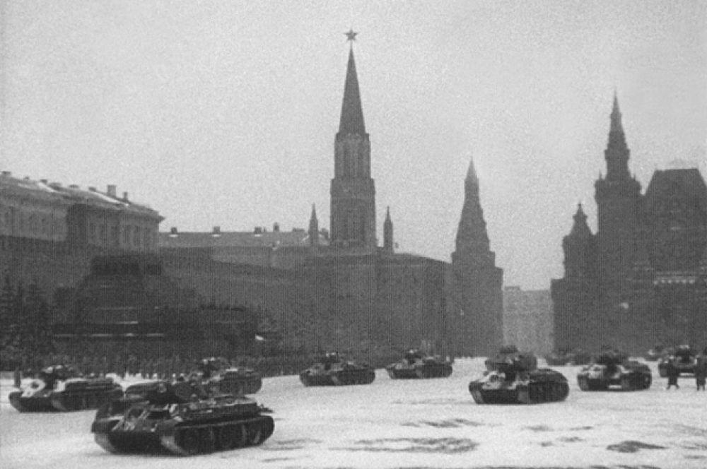 Ни один немецкий самолёт не долетел во время парада до Красной площади. 5 ноября с кремлёвских звёзд были сняты маскировочные щиты, а 7 ноября от маскировки освободили и мавзолей.