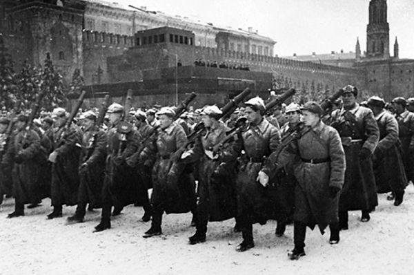 Парад на Красной площади слышал весь мир, репортаж о нем вел известный советский радиокомментатор и журналист В.С. Синявский.