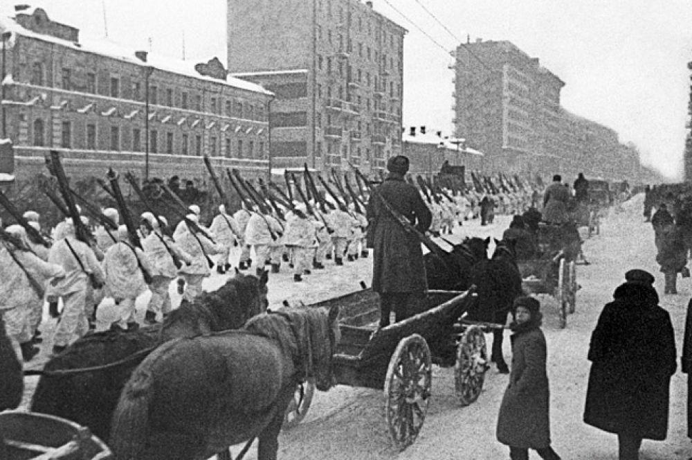 Военный парад 7 ноября 1941 г. имел огромное внутриполитическое и международное значение. Он способствовал укреплению морального духа советского народа и его Вооруженных Сил, продемонстрировал их решимость отстоять Москву и разгромить врага.