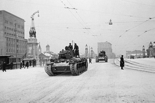 Завершали марш военной техники танки. Сначала по заснеженному асфальту прошли маленькие подвижные танкетки, вздымая за собой облачка снежной пыли. За ними шли легкие танки, средние, тяжелые.