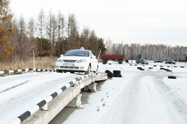 На большинстве омских автодорог пока нет разметки и светофоров.