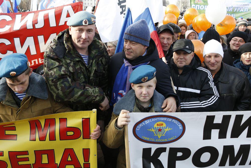 На митинг, который организовали областной Союз ветеранов Афганистана, Общественная палата региона и местное отделение Союза добровольцев России, пришли несколько тысяч человек.