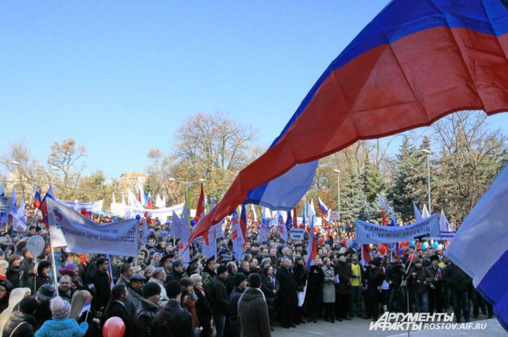 В центре Ростова-на-Дону на праздничное мероприятие собралось более шести тысяч горожан, чтобы отметить День народного единства.