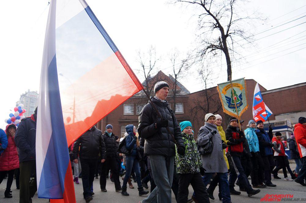 Колонна прошлась по улице Сибирской до Театрального сквера, где состоялись праздничные акции.