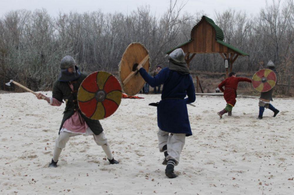 Особое удовольствие все присутствующие получили от реконструкции древнерусского боя под предводительством самого царя Берендея.