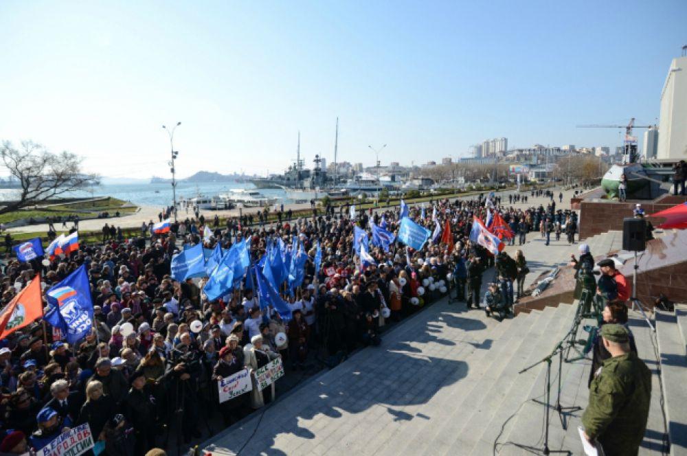 Во Владивостоке на празднике с приветственными и поздравительными словами выступили представители общественности и духовенства.