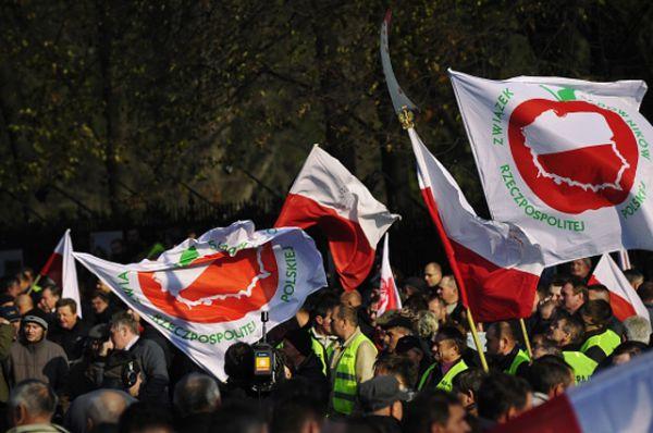 Садоводы прошли по улицам Варшавы с флагами профсоюза и плакатами с надписями: «Отберите зарплаты у политиков и передайте их производителям яблок».