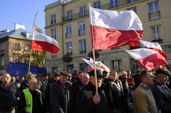 Митинг приурочен к приезду в Польшу Еврокомиссара по сельскому хозяйству. Сотни людей вышли на улицы Варшавы с плакатами: «Если яблоки не уедут в Россию, то пусть их закупают Германия и Бельгия».