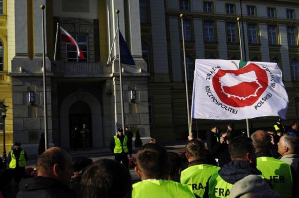 Специалисты оценили суммарный ущерб производителей продуктов питания Евросоюза, от ответных российских санкций, более чем в пять миллиардов евро. Наибольший ущерб от эмбарго Российской Федерации получили фермеры Италии и Польши.