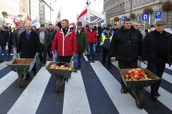 Масштабная акция протеста прошла в Варшаве. Акцию организовали садоводы, которые недовольны ситуацией вокруг введенных Россией санкций. Митинг, собравший несколько сотен аграриев, прошел у зданий правительственных учреждений.