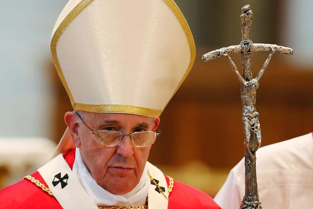 На четвертом — Папа Римский Франциск.