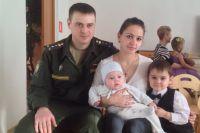 Капитан Вячеслав Комаревцев с семьей.