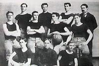 Баскетбольная команда Университета Канзаса и Джеймс Нейсмит. 1899 г.