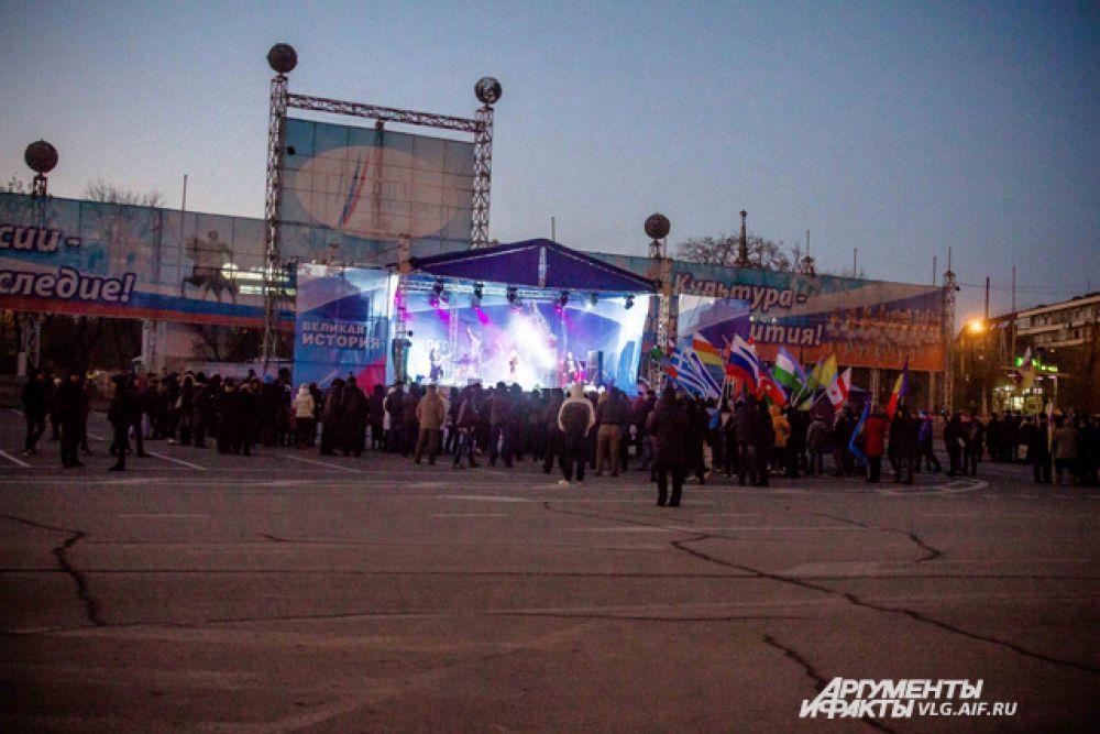 На площади Павших борцов во время концерта было немноголюдно.
