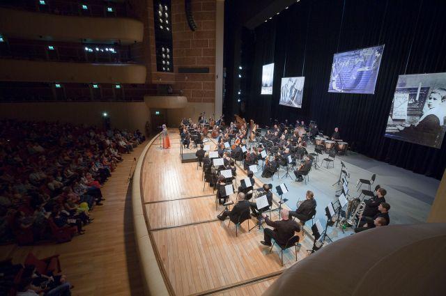 Во время исполнения симфоний Шостаковича.