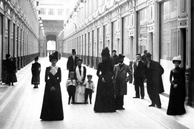 Внутренний вид петербургского Пассажа. 1900 год.