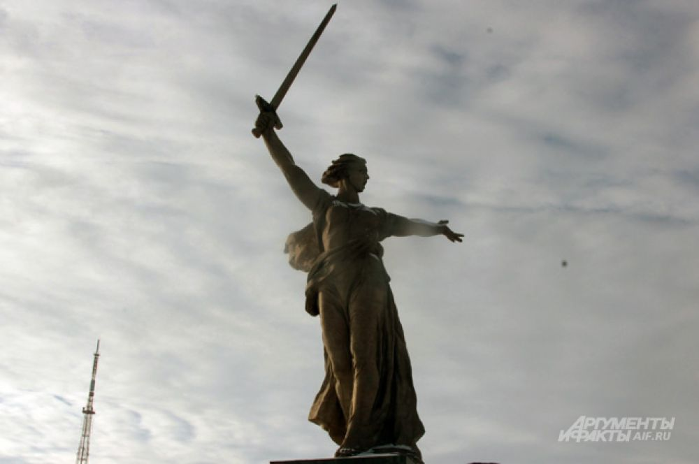 Скульптура «Родина-мать зовет!» занесена в книгу рекордов Гиннеса как самая большая на момент возведения скульптура-статуя в мире. Её высота – 52 метра, длина руки – 20 метров, меча — 33 метра. Общая высота скульптуры – 85 метров