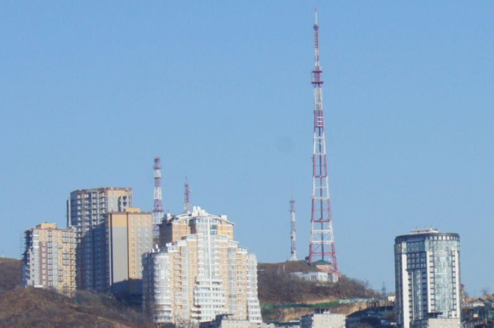 Высота телебашни во Владивостоке равна 199 метров. Она была установлена в 1961 году на сопке Орлиное гнездо