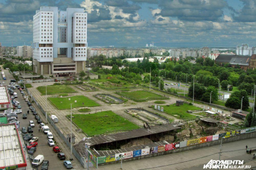 Одно из самых высоких сооружений - Дом советов - расположено на Центральной площади Калининграда. Его высота - 71,6 метров. Оно доминирует не только над бизлежащими постройками, но и над всеми сооружениями в городе, потому что стоит на самом высоком месте