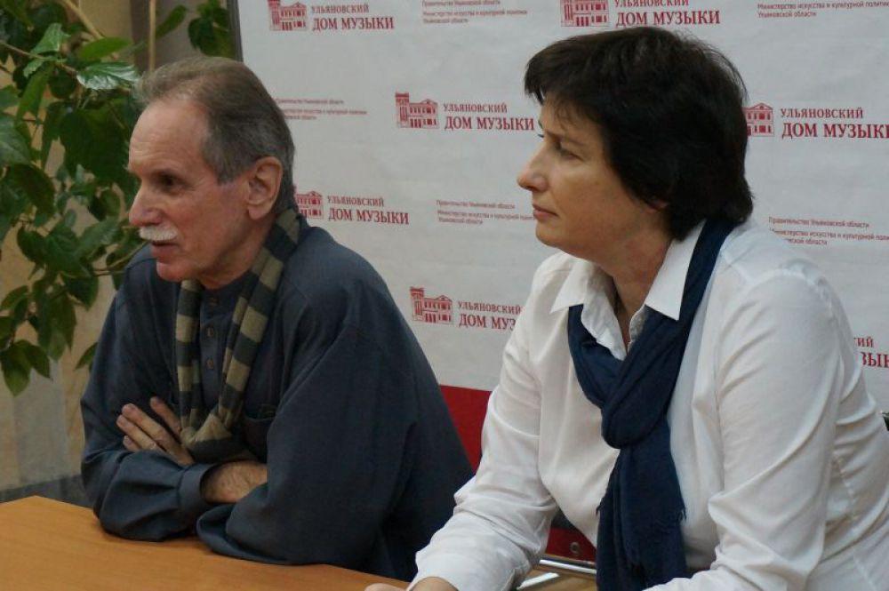 На вопросы отвечают главный дирижёр УГАСО «Губернаторский» Олег Зверев и директор филармонии Лидия Ларина.