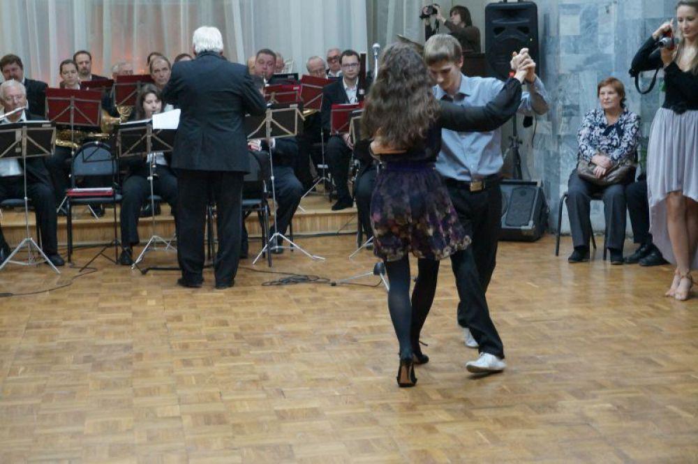 Танец под живую музыку духового оркестра