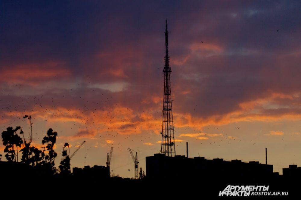 А самым высоким сооружением в Ростове-на-Дону считается телебашня на улице Баррикадной. Высота телеретранслятора 192 метра. Возвели его в 1957 году и через три года телевышка отметит свой полувековой юбилей