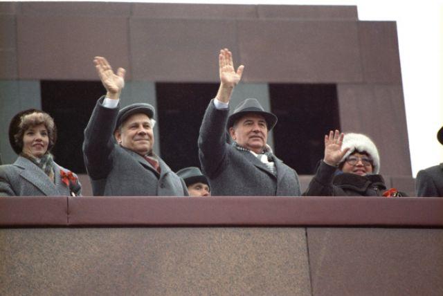 Президент СССР Михаил Сергеевич Горбачёв на трибуне Мавзолея В. И. Ленина. 7 ноября 1990 года.