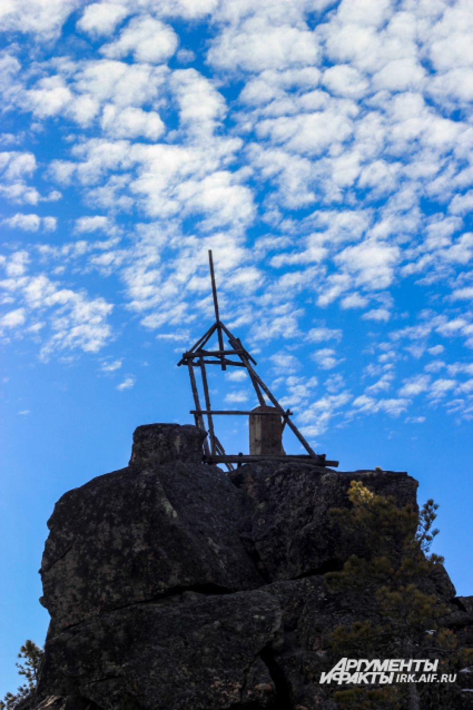 На высшей точке камня установлена, триангулярный пункт представляющий из себя железобетонное сооружение с металлической биркой. Откосы курума уходят в тайгу от оси гребня на сотни метров.