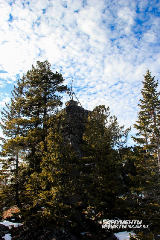Наверху каменной насыпи возвышается 12-метровая башня Камня.