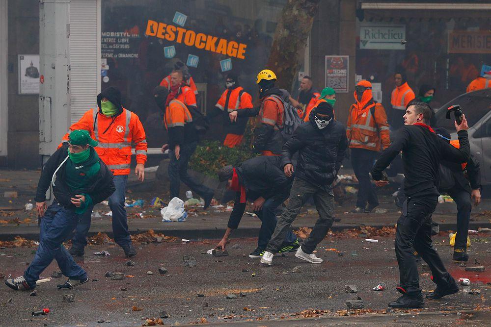 Руководство Национального общества железных дорог Бельгии, основным акционером которого является государство, ввело сегодня однодневную скидку в размере 50% для пассажиров пригородных поездов, направляющихся в Брюссель. Этот потенциально повышающий массовость манифестации в бельгийской столице шаг вызвал недовольство кабинета министров, сформированного правоцентристскими партиями.